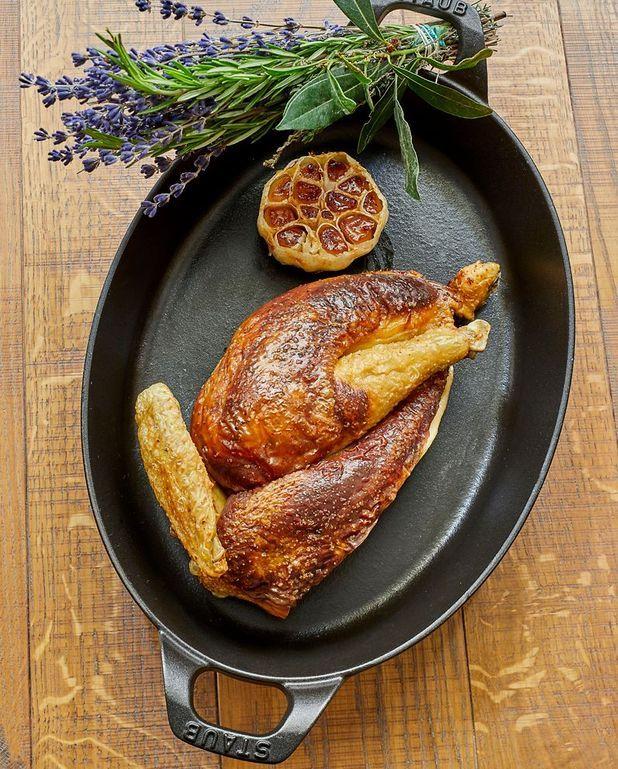 Poulet fourré au foie gras et à la brioche
