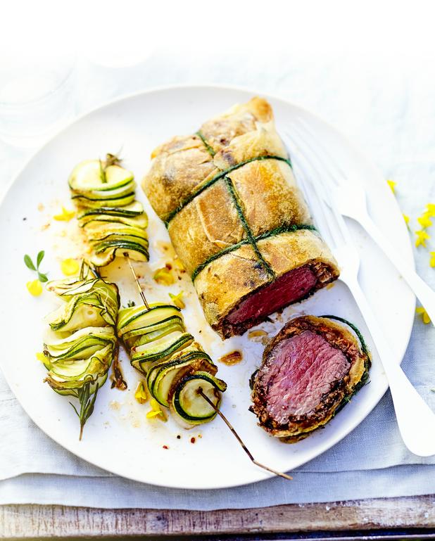 Rôti de bœuf aux olives, brik et brochettes de courgettes