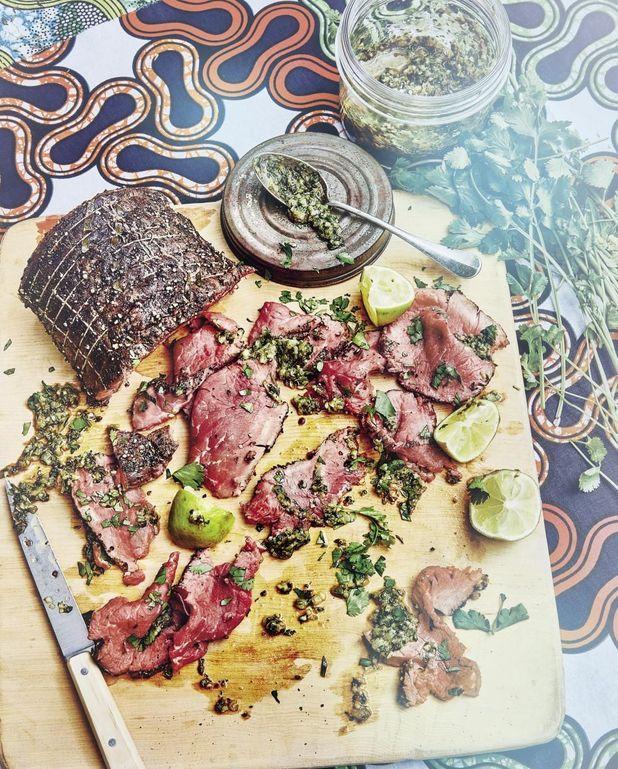 Rôti de bœuf frotté au poivre, sauce chimichurri