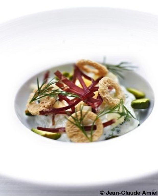 Salade aux trois fromages, viande des grisons, croquant de pistache et basilic