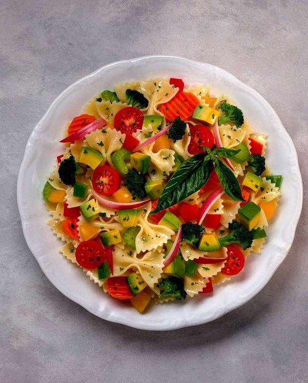 Salade croquante aux tomates, courgettes et basilic