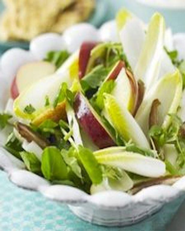 Salade de chicorée, pommes et dattes