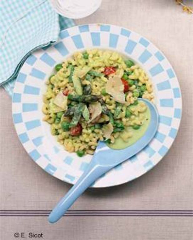 Salade de coquillettes aux asperges et aux petits pois