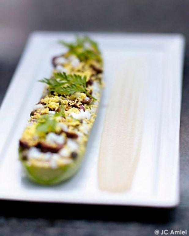 Salade de courgettes, œufs mimosa, crème d'anchois et olives