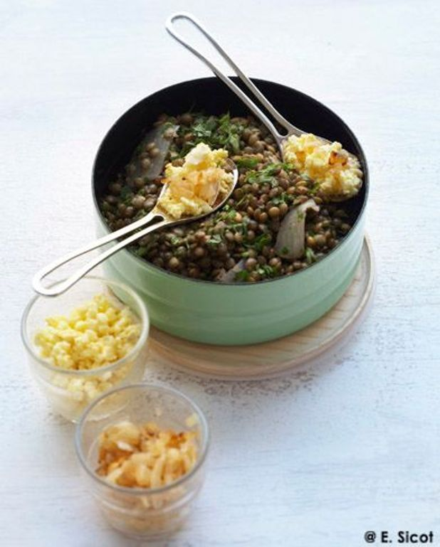 Salade de lentilles vertes, œufs mimosa et oignons grillés