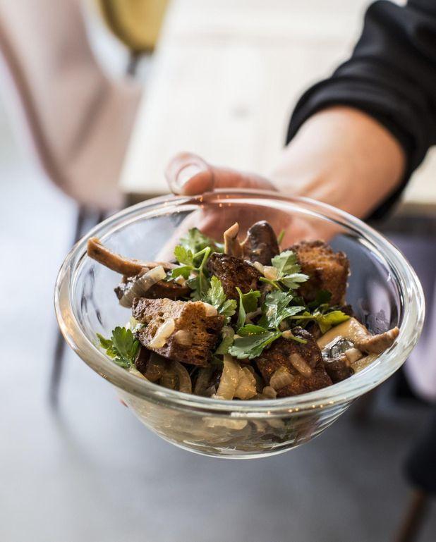 Salade de pain grillé, oignons confits et champignons de Paris