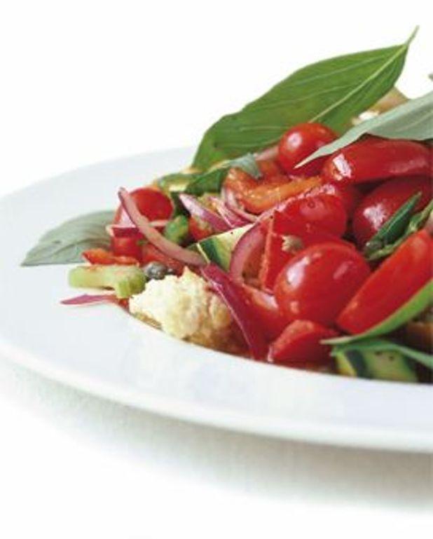 Salade de panzanella aux tomates-cerises