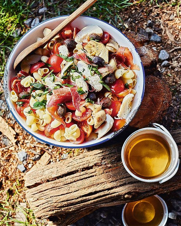 Salade de pâtes, artichauts, jambon cru, mozza
