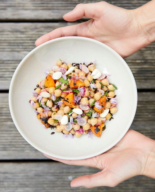 Salade de pois chiches, abricots grillés, salsa d'herbes