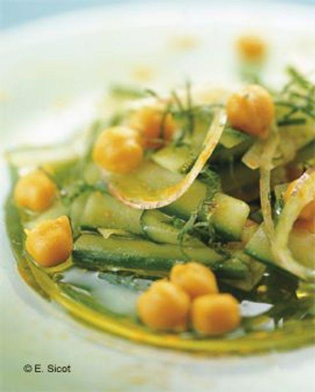 Salade de pois chiches au concombre et au curcuma