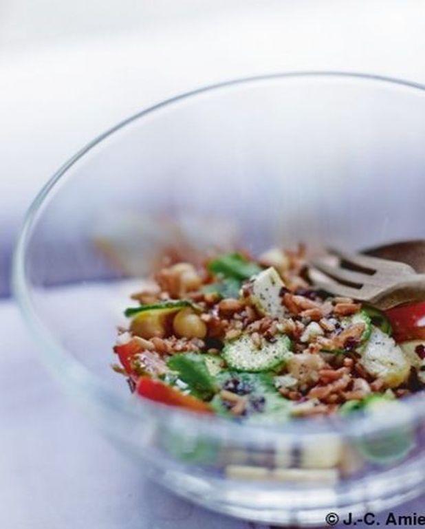 Salade de riz rouge et pois chiches  aux courgettes et tofu fumé