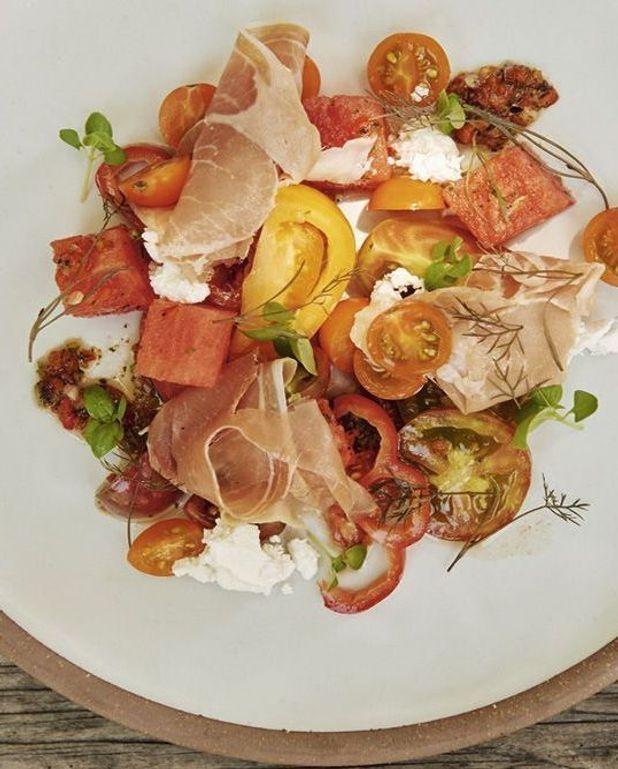 Salade de tomates et pastèque, jambon de pays et poivrons