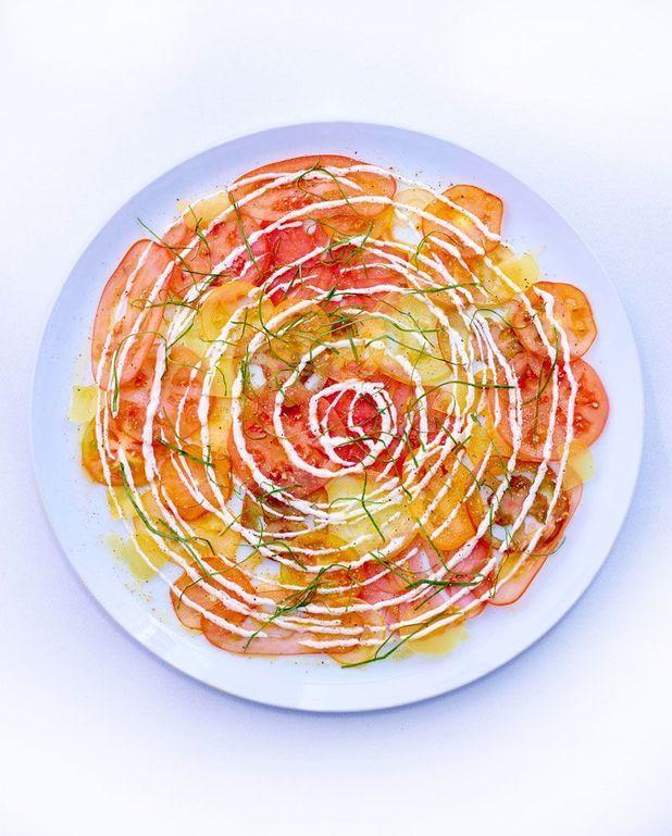 Salade facile de tomates, crème fraîche aux quatre épices et oseille