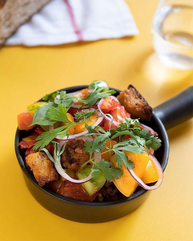 Salade panzanella aux tomates cœur de boeuf