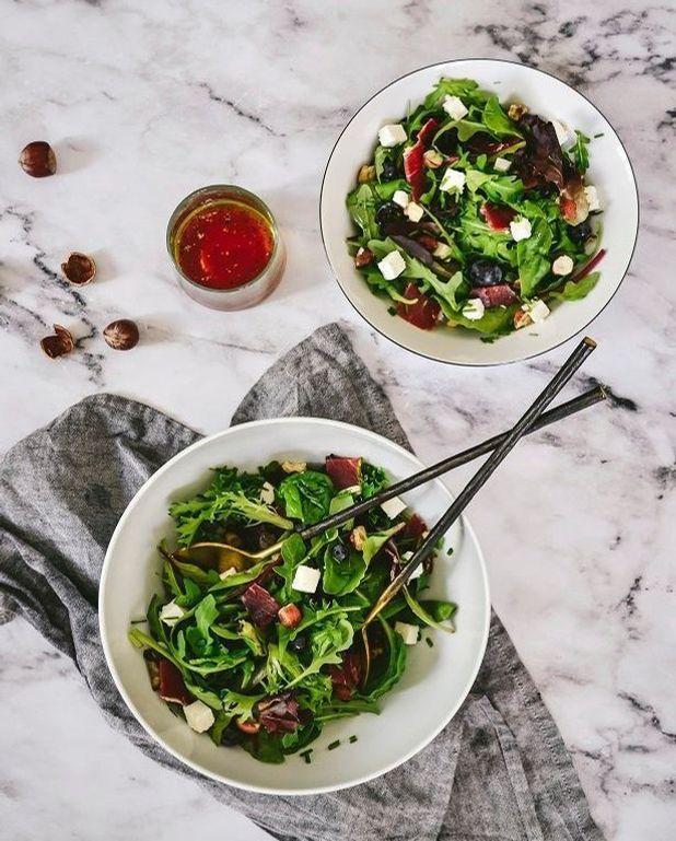 Salade roquette, jambon, feta et noisettes