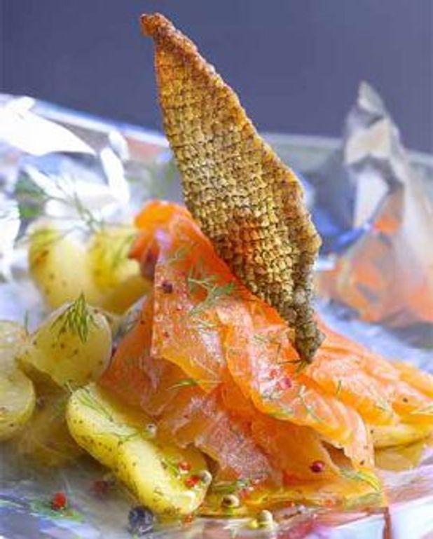 Saumon mariné et peau croustillante, pommes de terre brûlantes