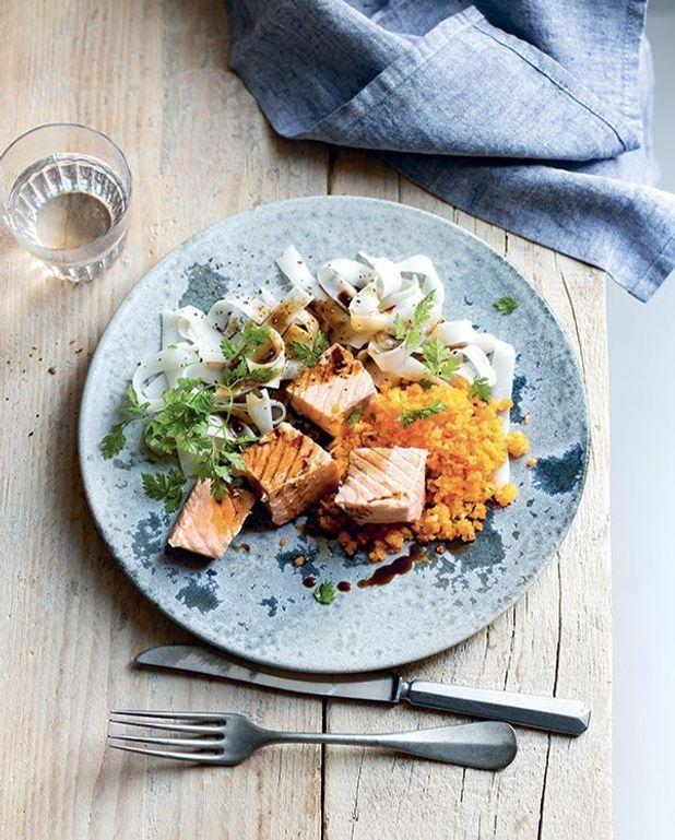 saumon mi cuit carottes et nouilles de riz thermomix pour 4 personnes recettes elle table. Black Bedroom Furniture Sets. Home Design Ideas