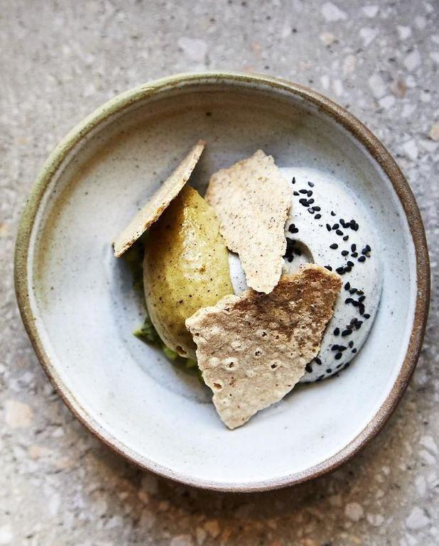 Sorbet kiwi miso, mousse au sésame noir