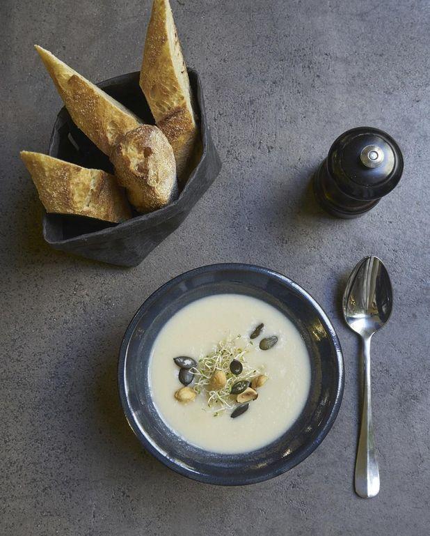 Soupe blanche chou-fleur, céleri-rave et panais