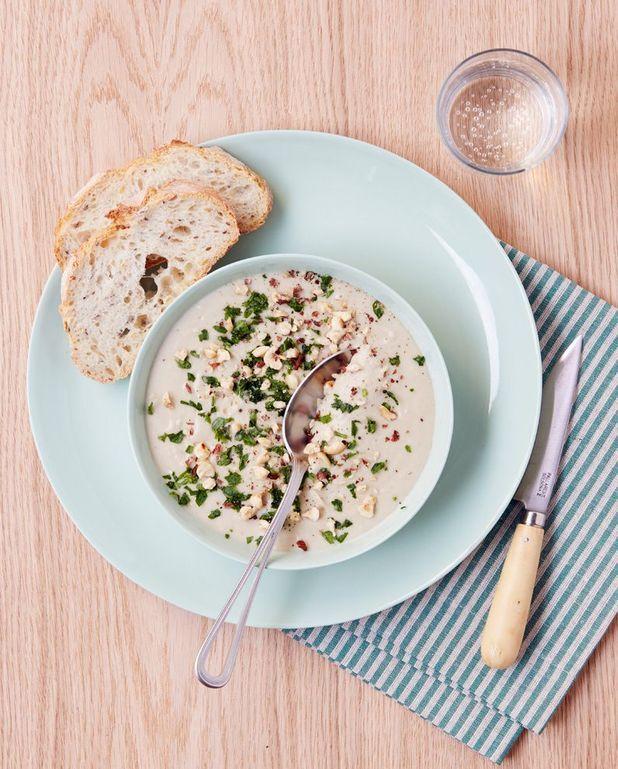 Soupe d'artichaut, persil et noisettes