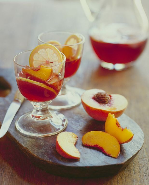 Cocktail au vin rosé et aux pêches