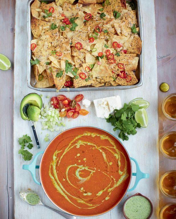 Soupe mexicaine à la tomate, nachos pimentés, légumes et feta