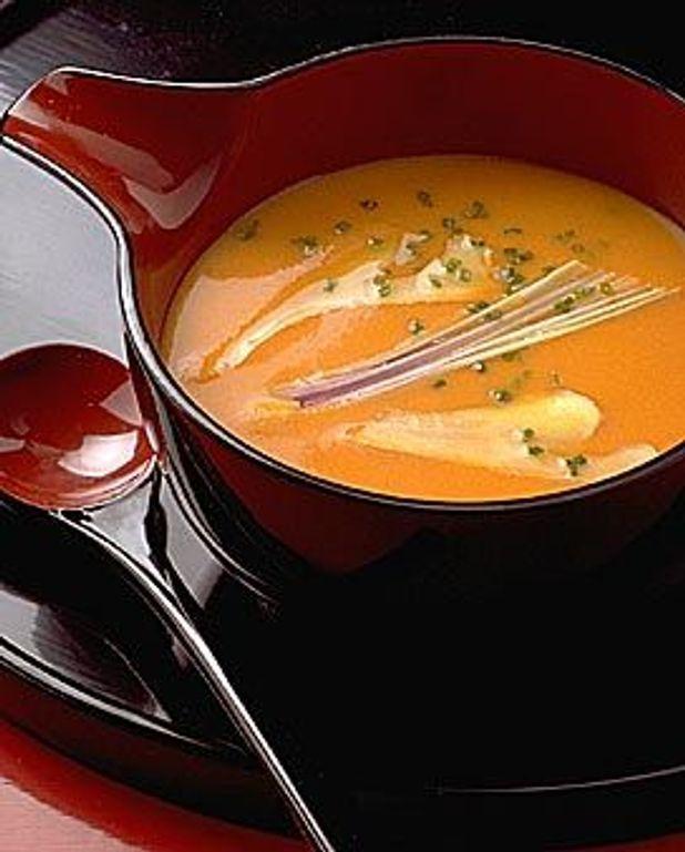 Soupe parfumée à la citronnelle, lait de coco et tomates
