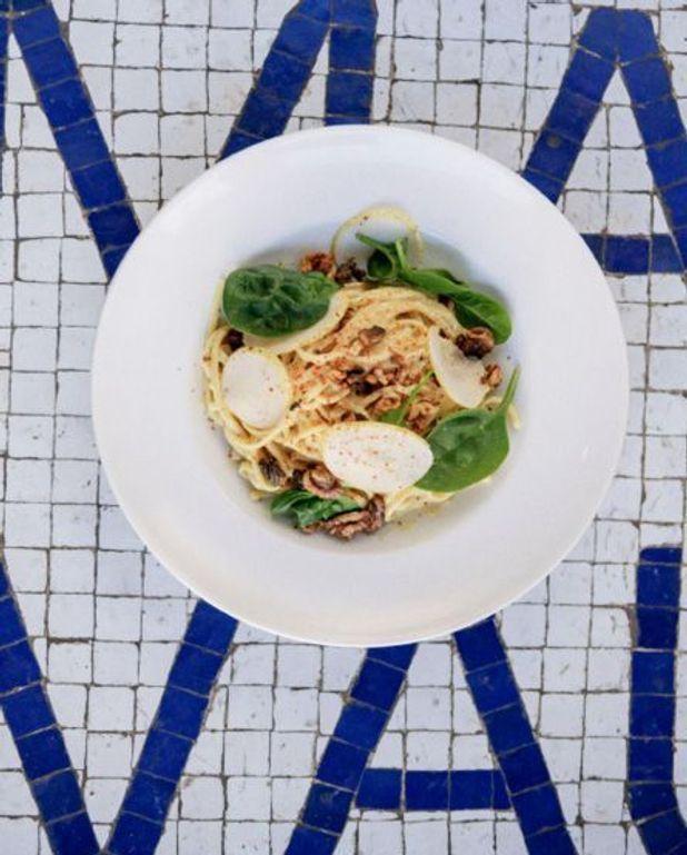 Spaghettis à la crème de parmesan, poire, noix, épinards, piment d'Espelette