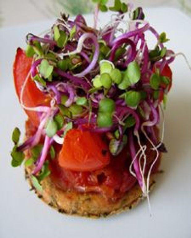 Sublime de tomate sur sablé basilic et petites graines germées