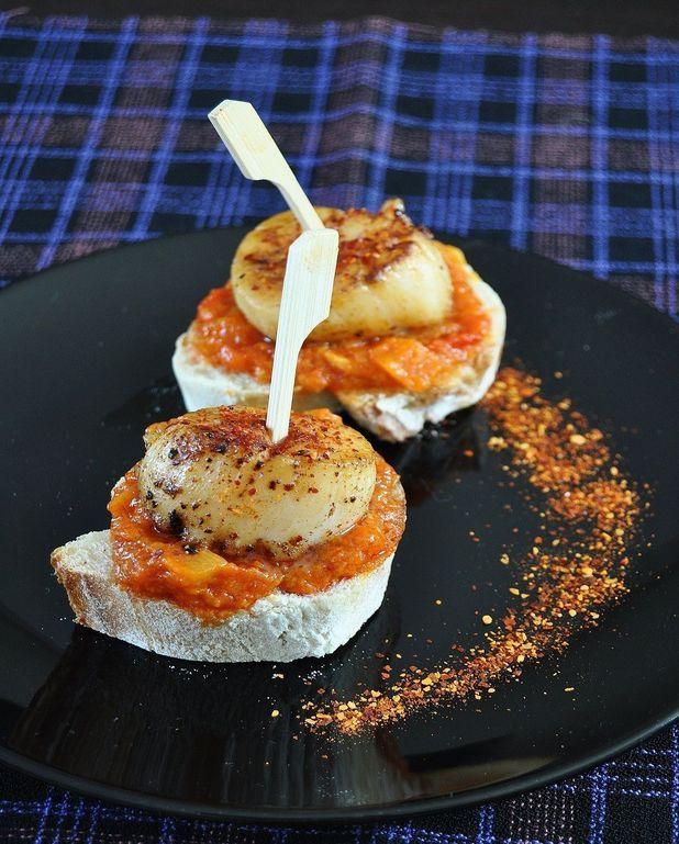 Tapas aux noix de Saint-Jacques, compotée de poivrons, piment d'Espelette
