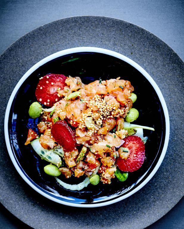 Tartare de saumon, fraises et citron vert, salade de légumes