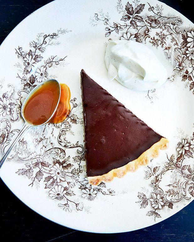 Tarte au chocolat, caramel au beurre salé, et crème fouettée