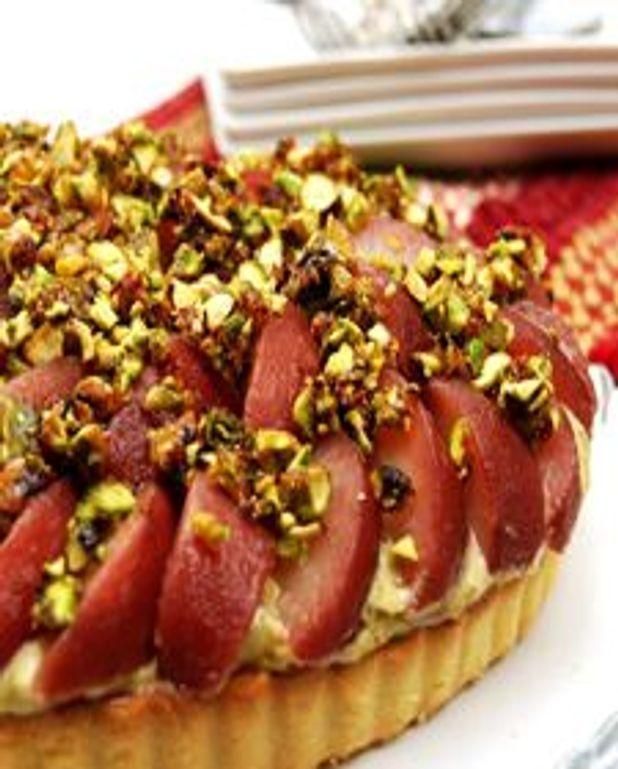 Tarte aux poires pochées au vin rouge, crème pâtissière à la pistache