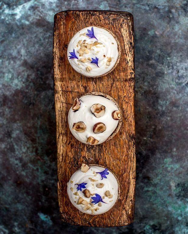 Tartelettes à la farine de seigle, figues, noisette et chantilly aux feuilles de figuier