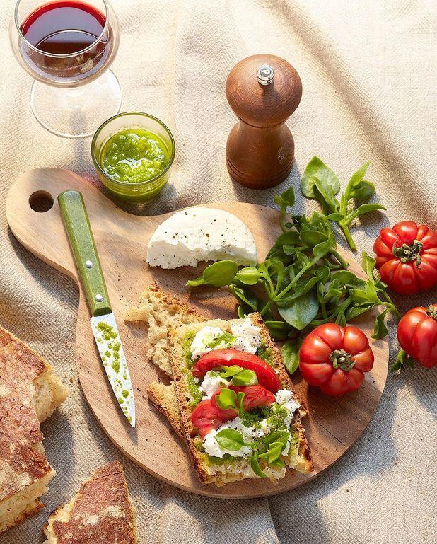 Tartines au chèvre frais, tomates et pistou