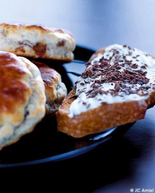 Tartines de pain de campagne à la crème et au chocolat râpé