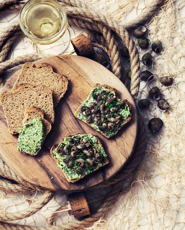 Toasts beurre d'herbes, bigorneaux