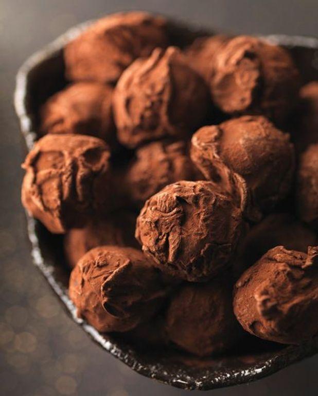Truffes noires coeur chocolat blanc et coco