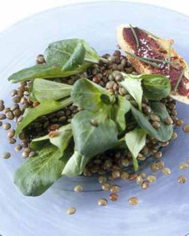 Salade de mâche, betterave crapaudine et saint-marcellin