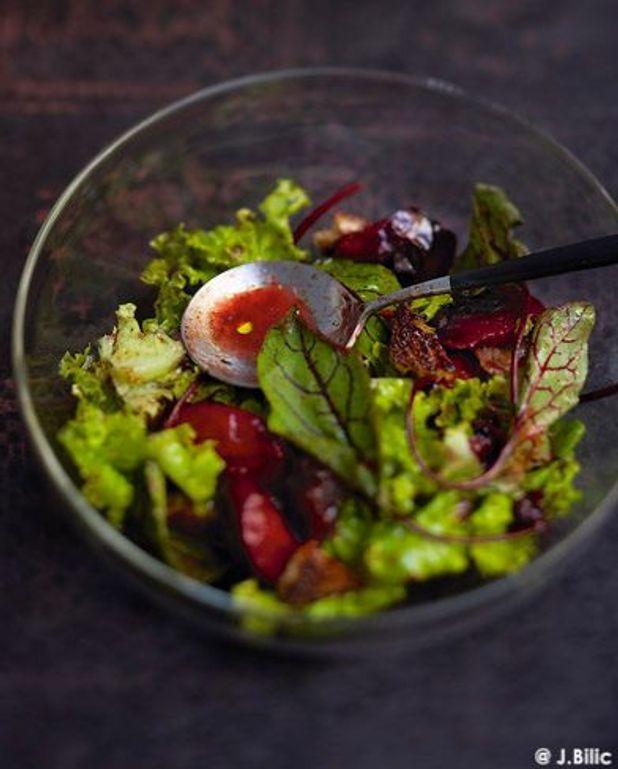 Salade aux prunes, sauce au miel