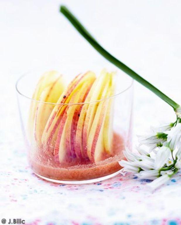 Émincé de pommes, jus de tomate, fleur d'ail