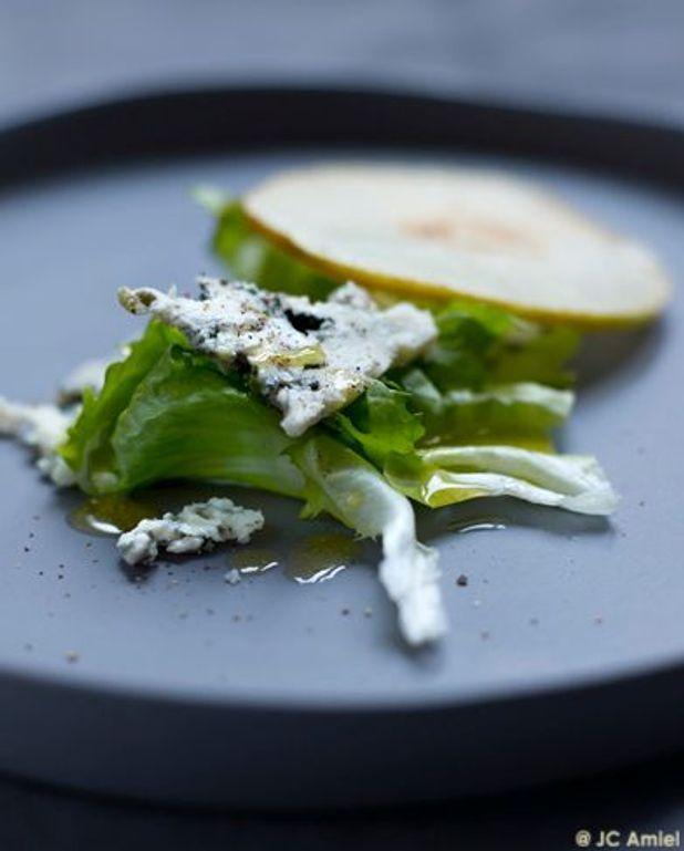 Salade de scarole, poires et roquefort