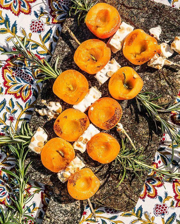 Brochettes d'abricots, nougat et romarin