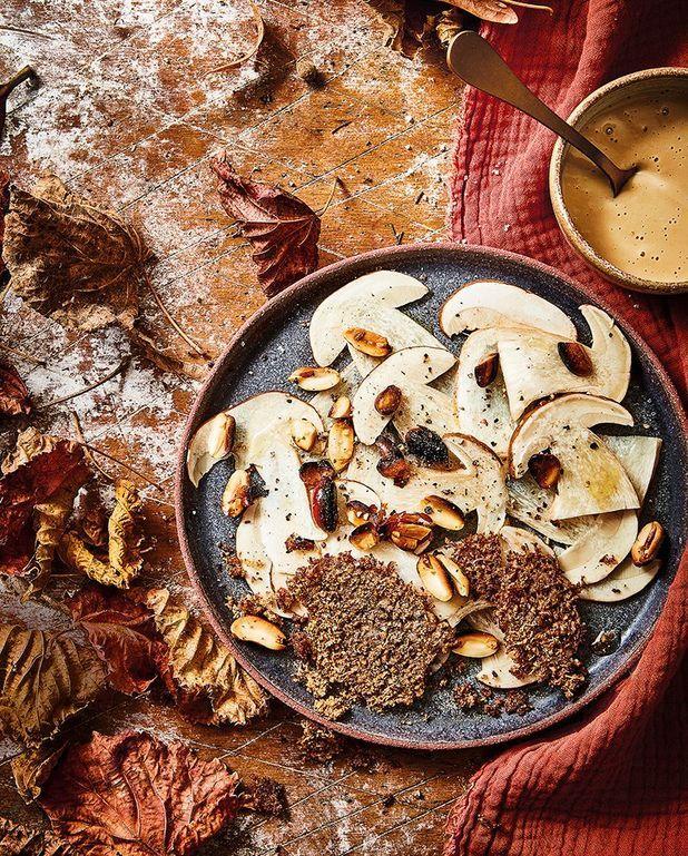 Carpaccio de cèpes, tuiles et sauce à la cacahuète