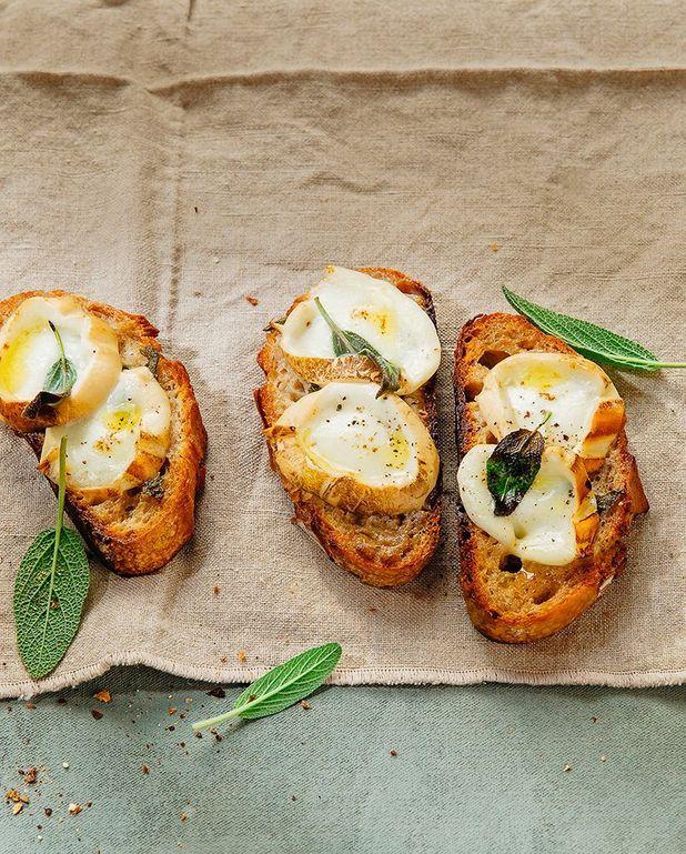 Crostini de mozzarella fumée, beurre d'anchois et sauge