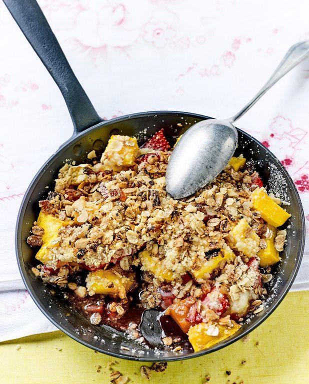 Crumble à la poêle mangue-fraise