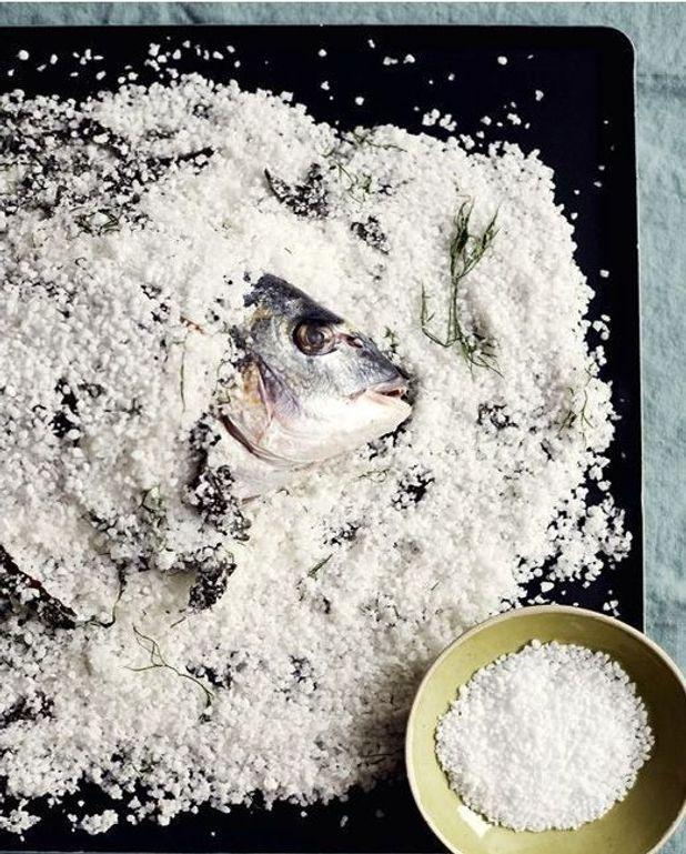 Daurade sauvage en croûte de sel, algues et aneth, sauce vierge de grenade