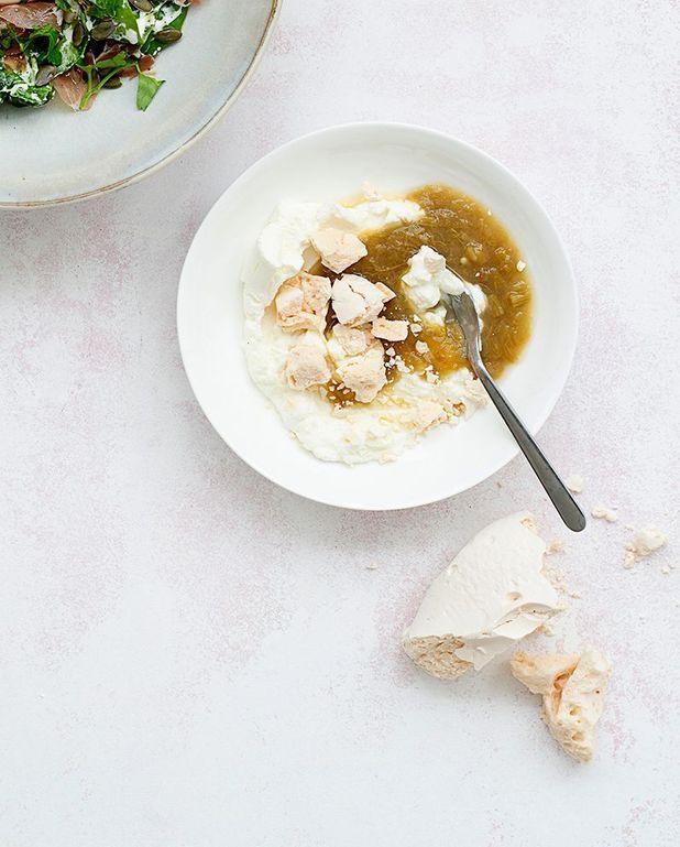 Dessert façon eton mess au petit-suisse et compote de rhubarbe