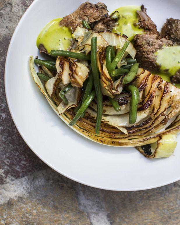 Échine de cochon marinée aux épices douces et sauce verte