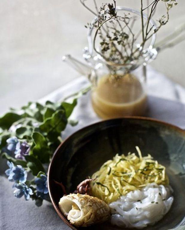 Encornets snackés, courge spaghetti et bouillon de galères
